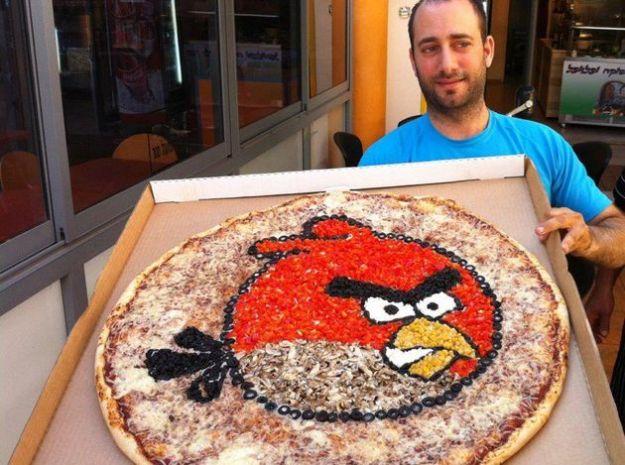 La mania per Angry Birds continua: realizzata anche una pizza a tema