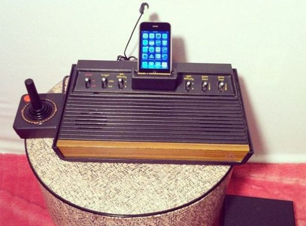 Una console Atari 2600 diventa un originale Speaker Dock per l'iPhone