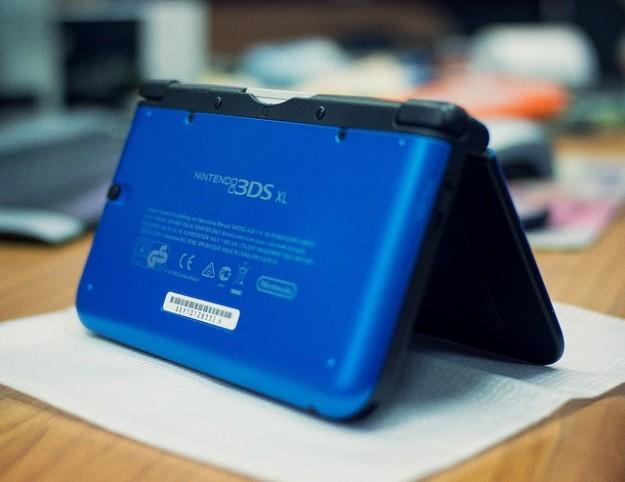 Il retro di Nintendo 3DS XL nero e blu