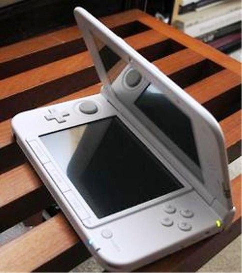 Nintendo 3DS XL visto lateralmente